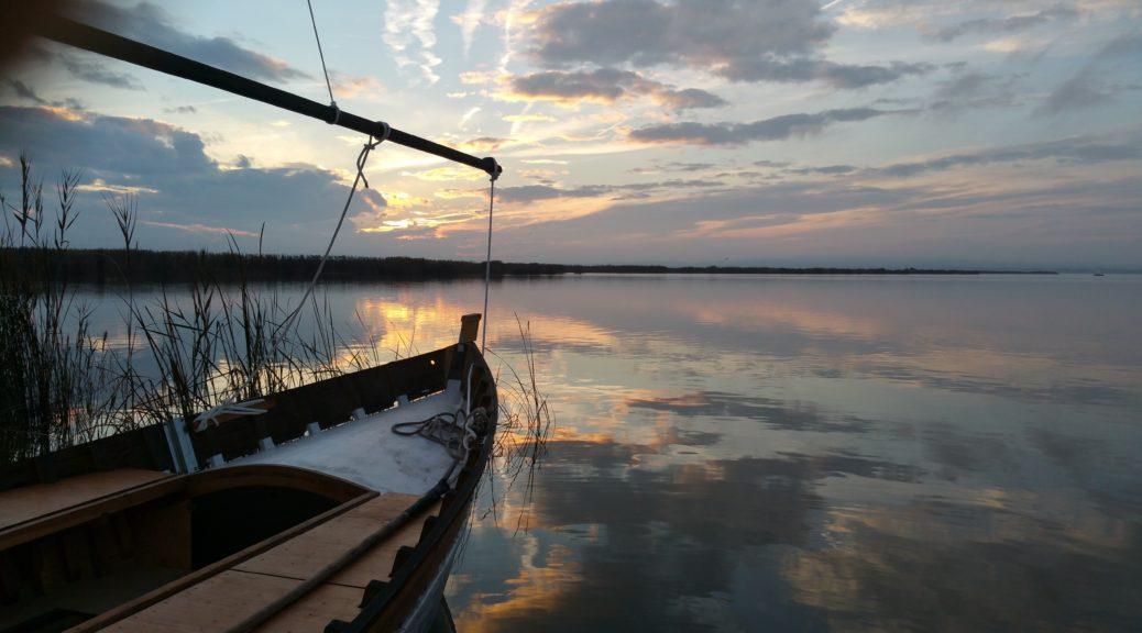 Experiencia El Sueño de una noche de verano en Nou Racó. Disfruta de la mejor puesta de sol de Valencia dando un paseo en barca por la Albufera con aperitivo incluido, cena al aire libre y copa en la terraza chill out de Nou Racó.