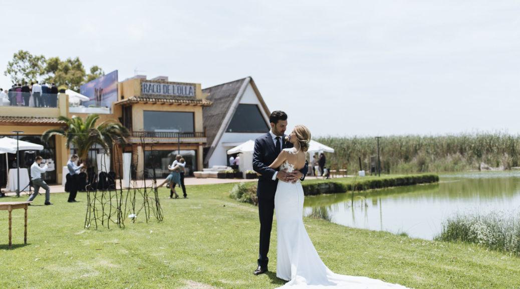 Los amigos que se dieron cuenta que estaban enamorados y decidieron casarse en una preciosa boda de día, al aire libre, en La Albufera de Valencia, en el restaurante Nou Racó.